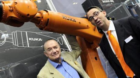 Großaktionär Guy Wyser-Pratte (links) mit Kuka-Vorstandsvorsitzender Till Reuter 2010 auf einer Messe in München.
