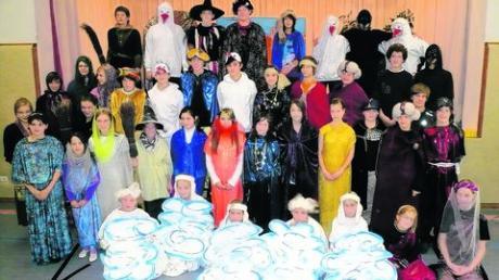 """Beim Schulfest an der Realschule Maria Ward zeigten die Schülerinnen und Schüler das Märchensingspiel """"Kalif Storch""""."""