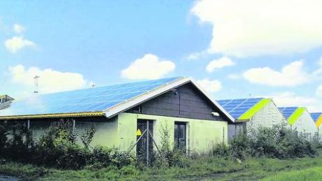 Die bereits installierten Solarmodule auf den ehemaligen Gewächshäusern, an die sich nicht tragfähige Foliengewächshäuser anschließen - für diesen Teilbereich musste ein vorhabenbezogener Bebauungsplan erstellt werden. Foto: stn