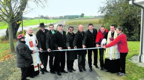 Bürgermeister, Grundstückeigner und die beiden Ortsgeistlichen durchschnitten das Band für den neuen Radweg zwischen Zillenberg und Egenburg. Foto: Manfred Sailer