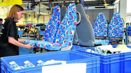 Alle Hände voll zu tun bei EvoBus. Unser Archivfoto zeigt die Produktion von Sitzen im Werk Neu-Ulm. Foto: rfu