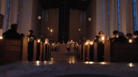 Kirchenbesucher in der Osternacht, einem der Höhepunkte des Kirchenjahres. Wegen der Ausgangssperre im Kreis Augsburg gelten nun zum Teil andere Anfangszeiten.