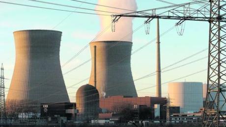 Für knapp eine Woche wird Block B des Atomkraftwerks Gundremmingen vom Netz genommen. Wie hier auf einem Archivbild, das vor zwei Jahren aufgenommen wurde, steigt nur aus einem Kühlturm Wasserdampf in den Himmel auf. Archivfoto: Bernhard Weizenegger