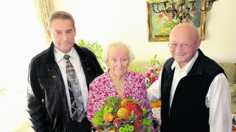 Bürgermeister Rudolf Kraus gratulierte Luise Knoll zu ihrem 90. Geburtstag. Foto: Martin Golling