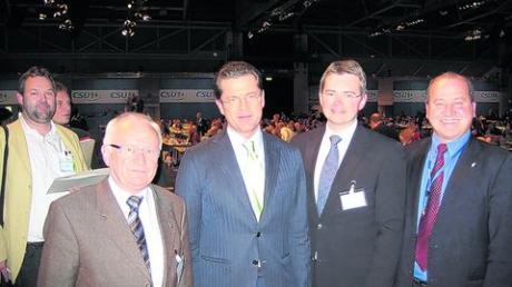 Freuten sich über die Begegnung mit Dr. Karl-Theodor zu Guttenberg (Mitte): stellvertretender Landrat Matthias Stegmeir (2.v.l.), CSU-Kreisvorsitzender Peter Tomaschko (2.v.r.) und Kreisrat Georg Resch. Foto: CSU Aichach-Friedberg