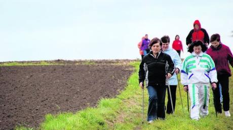 Was eignet sich besser für Nordic Walking als Felder und Fluren? Für Landfrauen ist dieser Sport ideal. Foto: Christiane Mayer