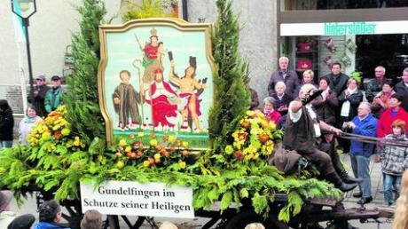 Prächtig geschmückt war der Wagen des Historischen Bürgervereins beim Leonhardiritt in Gundelfingen am vergangenen Samstag. Stolzer Mittelpunkt war das Heiligenbild von Ludwig Böck. Fotos: von Neubeck