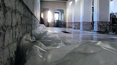 Ab heute wird die Kirche in Stetten renoviert. Der feuchte Putz wurde bereits auf einer Höhe von etwa 60 Zentimetern entfernt. Fotos: Baumberger