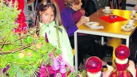"""Liebevoll arrangierte Dekos und wertvolles Handgemachtes locken am Sonntag zum Basar der """"Hilfe für Kinder aus Tschernobyl"""" nach Aindling. Foto: Golling"""
