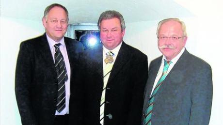 """Engelbert Dopfer, Präsident der Gundelfinger Faschingsgesellschaft """"Die Glinken"""", (rechts) sowie der 1. Vorsitzende Gerhard Kleiber gratulierten Walter Hieber (Mitte) zu seiner Auszeichnung mit dem Staufer-Löwen. Foto: Riedmann"""