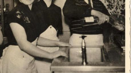 """Johann Friedl eröffnete im Dezember 1951 die Gastwirtschaft """"Zur Linde"""" in Adelzhausen. Ihm zur Seite als Bedienung standen seine hübschen Töchter Hedwig und Emma. Repro: Karl Stöckner"""