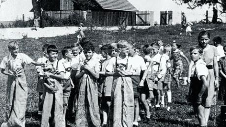 Sackhüpfen war beim Kinderfest 1953 eine der Attraktionen. Vielleicht erkennt sich darauf so mancher Gundelfinger wieder.