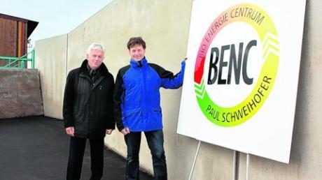 Am neuen Grüngutsammelplatz an der Königsmühle in Mertingen: (von links) Bürgermeister Albert Lohner und Biogasanlagen-Betreiber Paul Schweihofer. Foto: bih