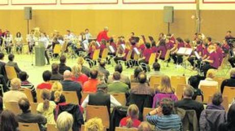Drei junge Kapellen, ein gelungenes Konzert: In Kötz musizierten die Jugendkapellen aus Dinkelscherben, Reisensburg-Wasserburg-Günzburg und Kötz gemeinsam. Foto: Waldmann