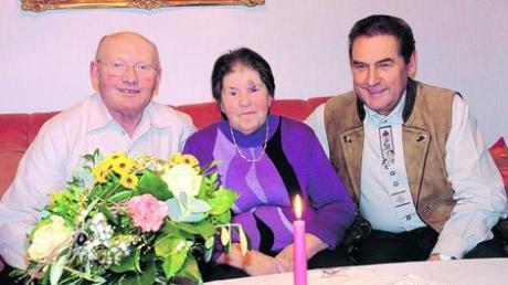 Bürgermeister Rudolf Kraus (rechts) gratulierte in Gaulzhofen Viktoria und Anton Gamperl zur Goldenen Hochzeit. Foto: Martin Golling