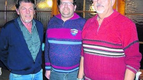 Geehrt wurden von Hubert Baur, dem Vorsitzenden der Aindlinger Wandergruppe, Georg Schmid (rechts) und Martin Heugemeier. Foto: Martin Golling