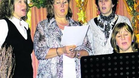 Die Singgruppe mit Maria Danner, Anni Pohl, Gabi Greppmeir und Hedwig Dillitz (mit Gitarre) sang sich in die Herzen der Besucher. Foto: Karl Stöckner
