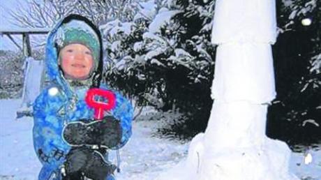 Der zweieinhalbjährige Vincent Spyrka aus Wittislingen hat sich so über den ersten Schnee gefreut, dass er gleich mit seinem Papa eine Schneerakete bauen musste.