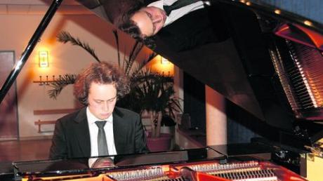 Alexander Schimpf ließ beim Konzert in Mertingen seine Zuhörer in musikalischen Bildern schwelgen. Am Ende gab es langen Beifall für einen Künstler der Extraklasse und für ein außerordentlich niveauvolles Konzerterlebnis. Fotos (2): rpf