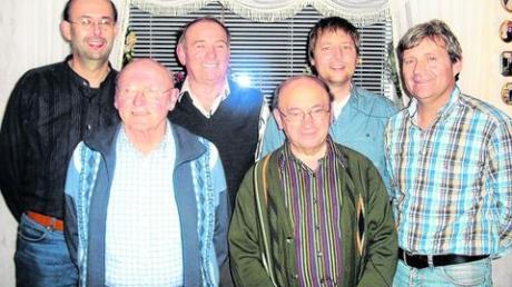 Der TSV Inchenhofen gratulierte Kaspar Marquart sen. zum 80. Geburtstag (von links): Christian Schießl, Kaspar Marquart, Erhard Thurner, Leonhard Felber, Torsten Schmitt und Joachim Schnürer. Foto: Lisa Schnürer
