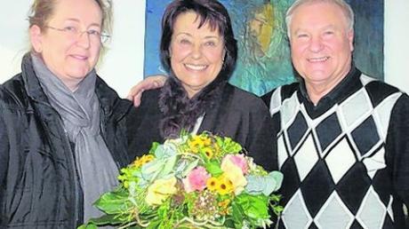 Aindlings dritte Bürgermeisterin Gertrud Hitzler (links) überbrachte Karin und Karl Foistner Glückwünsche zur goldenen Hochzeit. Foto: Martin Golling