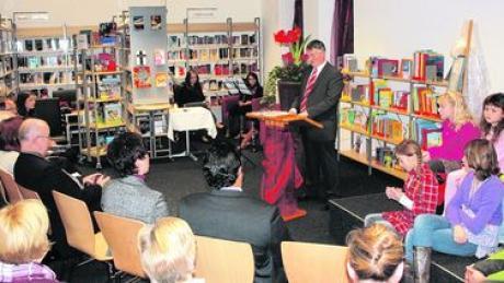 """Die Gemeinde Tapfheim hat jetzt eine Bücherei: Bürgermeister Karl Malz (am Rednerpult) bezeichnete die Stiftung einer Bürgerin als """"Glücksfall"""". Foto: Bissinger"""