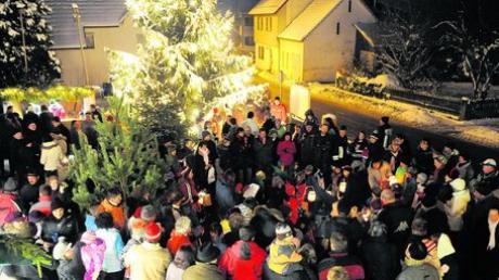 Dicht gedrängt standen am Wochenende die Besucher des Bonstetter Weihnachtsmarkts rund um den großen Christbaum. Ein Vorteil: So war es nicht so kalt. Foto: Puschak