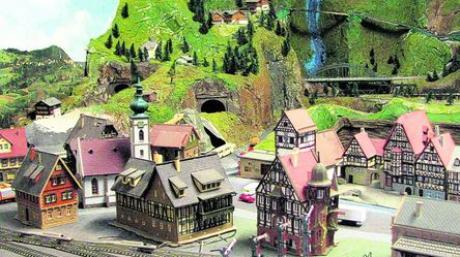 Mit viel Liebe zum Detail hat Siegfried Mannes die Landschaften, durch die seine Züge brausen, gestaltet. Fotos: Gaugenrieder