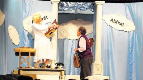 """Herr Wimmer (Rainer Insam), gerade erst Gestorbener, wird vom Künstlerengel (Michael Nodlbichler) an der Himmelspforte empfangen. Eine Szene aus dem Sketch """"Zwischenlandung"""", den die Zahlinger Theaterspieler derzeit aufführen. Foto: Wolfgang Glas"""