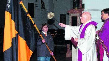 Stadtpfarrer Monsignore Herbert Lang segnete das neue Kolping-Banner. Rechts: Monsignore Rainer Böck. Fotos: Seefried