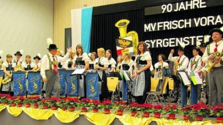 Beim Jahresabschlusskonzert des Musikvereins Frisch Voran Syrgenstein reisten die Musiker mit ihrem Publikum in die 90-jährige Vereinsgeschichte zurück. Foto: Kasdorff