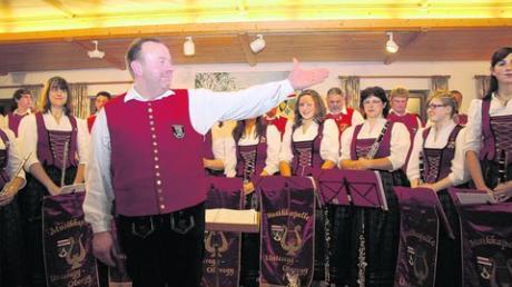Zu Recht stolz auf seine Musiker ist Dirigent Josef Fischer. Nach dem gelungenen Jahreskonzert erntete die Musikkapelle Unteregg-Oberegg viel Applaus. Foto: hak