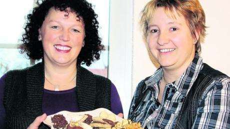 Von Brigitte Butz stammt das Rezept der Marzipankugeln, Lydia Eiser ist für ihre Karamellplätzchen bekannt (von links). Foto: Uta Baumann