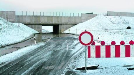 Probleme macht der Gemeinde die Autobahnunterführung von Adelzhausen in Richtung Weinsbach. Nicht zum ersten Mal musste die Straße aufgrund Überflutung gesperrt werden. Für Abhilfe muss die Autobahnbetreibergesellschaft sorgen, welche für die fehlerhafte Wasserableitung verantwortlich ist. Foto: Dumbs