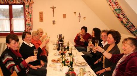 Zwölf feste Mitglieder zählt das Frauennetzwerk im Moment, zehn feierten seinen ersten Geburtstag. Albertine Ganshorn (vorn rechts) hat es ins Leben gerufen. Von Anfang an dabei ist auch Monika Schoder (vorn links). Foto: Jana Knörnschild