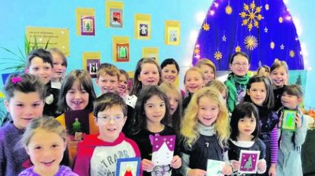 Stolz präsentieren die Kinder der Grundschule Graben ihre selbst gebastelten Weihnachtskarten. Foto: Grundschule Graben