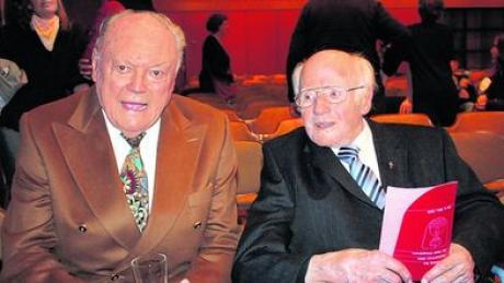 Altbürgermeister Fritz Wohlfarth im April 2009 mit Geistlichem Rat Rupert Ritzer. Inzwischen sind beide Ehrenbürger der Stadt verstorben. Archivfoto: H. Schmid