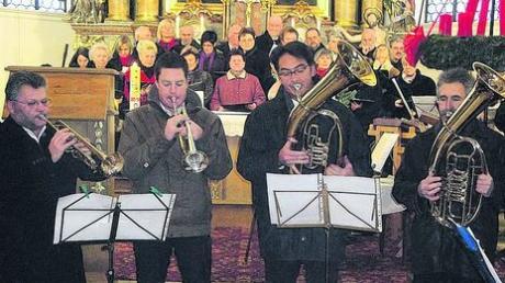 Die Bläsergruppe und der Kirchenchor beim Adventskonzert in der renovierten Kirche.