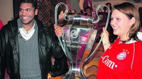 So soll es auch im Sommer sein: Breno mit dem Pokal der Champions League. Auf der Weihnachtsfeier des Ramminger Fanklubs durfte er schon mal üben. Fotos: Schmidt