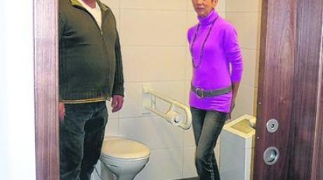 Die neue behindertengerechte Toiletten im Trachtenheim, die im Zuge von Sanierungsarbeiten eingebaut wurde stellen Petra Ortner und Bernhard Dachs jun., vor.