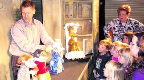 Nach der Aufführung durften die kleinen und großen Zuschauer alle Puppen und Requisiten aus der Nähe betrachten und auch Fragen an den Puppenspieler Sven Tömösy-Moussong stellen. Foto: Sabine Hämmer
