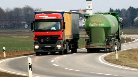 LKW fahren auf der Strecke von Wallerstein nach Ellwangen, um das Fahrverbot von Dinkelsbühl zu umgehen. Foto:Dieter Mack