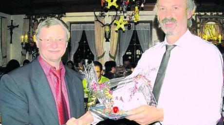 Ein Dankeschön zum Jahresschluss: Rammingens Bürgermeister Anton Schwele (links) mit seinem Stellvertreter Johann Schindele. Foto: Stegen