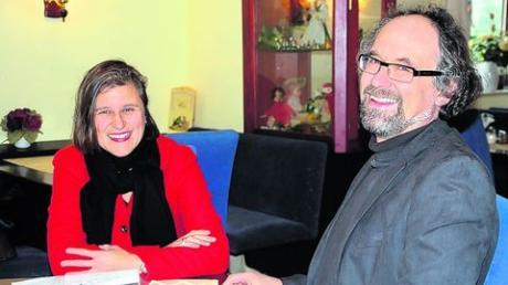 Die Landtagsabgeordnete Simone Strohmayr erzählte Achim Friedrich, dem Leiter des MehrGenerationenHauses, aus ihrer Kindheit. Foto: Andrea Collisi