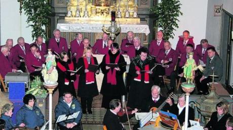 In der Pfarrkirche St. Ulrich und Afra trafen sich Sänger und Musikanten zu einem besinnlichen Adventskonzert. Foto: Helmut Meier
