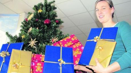 Bunte Überraschungspäckchen hat Melanie Sappl unter den Christbaum in der Stadtbücherei gelegt. Foto: Kehlenbach