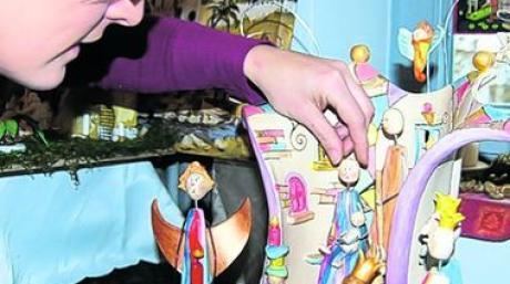 Tanja Wimmer legte noch einmal Hand an ihre selbst gemachte Krippe aus Ton, die sie dem Künstler Hundertwasser nachempfunden hat.