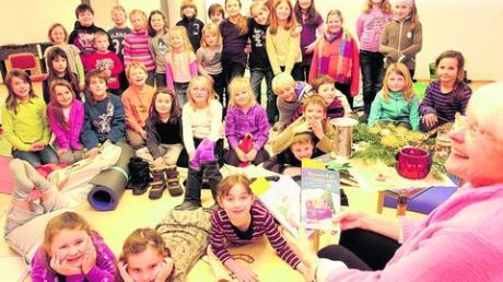 Spannung, zu Herzen gehende Geschichten und Stille erlebten diese Kinder bei der Lesung von Ursula Haggenmüller in der Pfarr- und Gemeindebücherei Aindling. Foto: Martin Golling