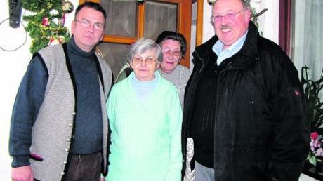 Sohn Manfred (links), Schwägerin Margarete und Bürgermeister Thomas Riß nahmen Jubilarin Annemarie Herz in die Mitte. Foto: Sofia Brandmayr