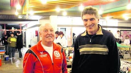 50 Mal Blut gespendet hat Joachim Grammer aus Aindling. Dafür dankte ihm Anton Treffer (links) von der Wasserwacht. Fotos: atr